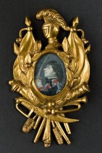 Miniaturzysta polski, Ozdoba na bandolier z miniaturą portretową Tadeusza Kościuszki, 1794 lub po. Płytka kościana, gwasz, oprawa mosiężna; 3 x 2,3 (miniatura), 9,4 x 5,5 (oprawa). Nr inw.: I.m. 305