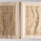 Deformacje kart rękopisu przed konserwacją