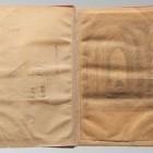 Karta z rysunkiem J. Słowackiego zabezpieczona przekładką z bibułki. Stan przed konserwacją