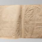Karty rękopisu przed konserwacją, widoczne deformacje i uszkodzenia mechaniczne arkuszy