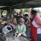 Kiszenie ogórków i praca w kuchni - też niezbędne w Mieście Dzieci