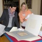 Pracownicy Ossolineum - Urszula Wencka i Katarzyna Kenc-Lechowska - przygotowują rysunki do wyjazdu.