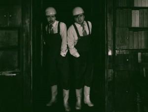 Akt przerywany, reżyseria Bohdan Cybulski, Teatr Nowy w Warszawie, aut. fot. Wojciech Plewiński. Na zdjęciu: (od lewej) Wojciech Borsucki, Jacek Kałucki, 1984 r.