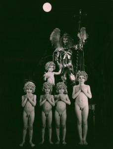 Akt przerywany, reżyseria Bohdan Cybulski, Teatr Nowy w Warszawie, aut. fot. Wojciech Plewiński. Na zdjęciu: scena zbiorowa (Krzysztof Wieczorek jako Archanioł Michał), 1984 r.