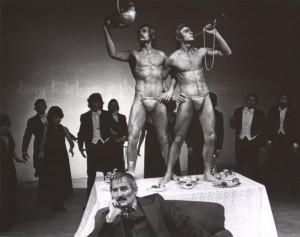 Wyszedł z domu, Teatr Polski we Wrocławiu, aut. fot.: Wojciech Plewiński. Na fot.: Scena zbiorowa, 1976 r.