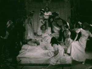 Białe małżeństwo, reżyseria Andrzej Rozhin, Teatr im. S. Jaracza w Olsztynie. Na zdjęciu: scena zbiorowa, 1978 r.