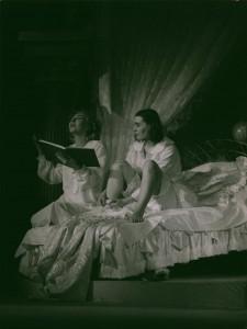 Białe małżeństwo, reżyseria Andrzej Rozhin, Teatr im. S. Jaracza w Olsztynie. Na zdjęciu: (od lewej) Maria Meyer, Teresa Kulikowska-Sokołowska, 1978 r.