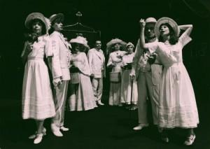 Białe małżeństwo, reżyseria Józef Skwark, Teatr im. W. Horzycy w Toruniu, aut. fot. Wojciech Nowicki. Na zdjęciu: scena zbiorowa, 1983 r.