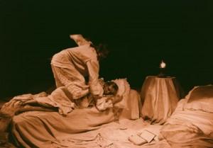 Białe małżeństwo, reżyseria Jan Maciejowski, Teatr im. W. Horzycy w Toruniu, aut. fot. Stanisław Wojciech Reszkiewicz. Na zdjęciu: (od lewej) Maria Kierzkowska, Małgorzata Chojnowska, 1991 r.