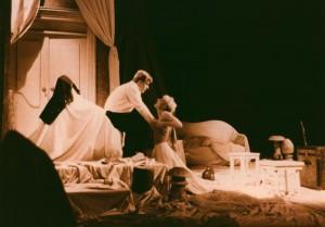 Białe małżeństwo, reżyseria Jan Maciejowski, Teatr im. W. Horzycy w Toruniu, aut. fot. Stanisław Wojciech Reszkiewicz. Na zdjęciu: (od lewej) Grzegorz Wiśniewski, Małgorzata Chojnowska, 1991 r.