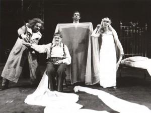 Na czworakach, aut. fot. Adam Hawałej. Na fot.: w centrum: Igor Przegrodzki, Teatr Polski 1985 r.