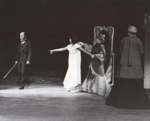 Białe małżeństwo, reżyseria Kazimierz Braun, Teatr Współczesny we Wrocławiu, aut. fot. Tadeusz Drankowski. Na zdjęciu: (od lewej) Bolesław Abart, Grażyna Krukówna-Frymar, Maria Zbyszewska, Maria Górecka, 1975 r.
