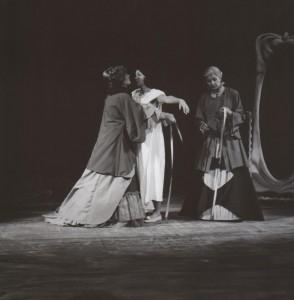 Białe małżeństwo, reżyseria Kazimierz Braun, Teatr Współczesny we Wrocławiu, aut. fot. Tadeusz Drankowski. Na zdjęciu: (od lewej) Maria Zbyszewska, Grażyna Krukówna-Frymar, Maria Górecka, 1975 r.