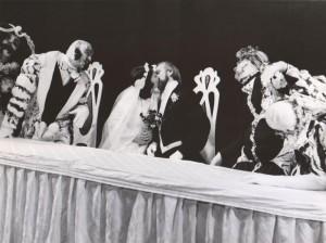 Białe małżeństwo, reżyseria Kazimierz Braun, Teatr Współczesny we Wrocławiu, aut. fot. Tadeusz Drankowski. Na zdjęciu: scena zbiorowa – finał (w środku, od lewej: Grażyna Krukówna-Frymar i Zbigniew Górski), 1975 r.