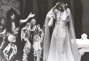 Białe małżeństwo, reżyseria Kazimierz Braun, Teatr Współczesny we Wrocławiu, aut. fot. Tadeusz Drankowski. Na zdjęciu: scena zbiorowa (na pierwszym planie: Grażyna Krukówna-Frymar), 1975 r.