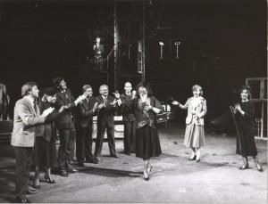 Na czworakach, aut. fot. Adam Hawałej, scena zbiorowa, Teatr Polski, 1985 r.