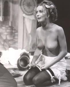 Białe małżeństwo, reżyseria Kazimierz Braun, Teatr Współczesny we Wrocławiu, aut. fot. Tadeusz Drankowski. Na zdjęciu: Halina Rasiakówna, 1975 r.