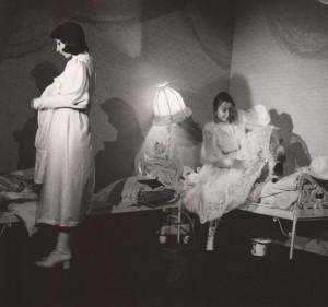 Białe małżeństwo, reżyseria Kazimierz Braun, Teatr Współczesny we Wrocławiu, aut. fot. Tadeusz Drankowski. Na zdjęciu: (od lewej) Grażyna Krukówna-Frymar, Halina Rasiakówna, 1975 r.