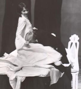 Białe małżeństwo, reżyseria Kazimierz Braun, Teatr Współczesny we Wrocławiu, aut. fot. Tadeusz Drankowski. Na zdjęciu: (od lewej) Grażyna Krukówna-Frymar i Zbigniew Górski, 1975 r.