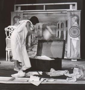 Białe małżeństwo, reżyseria Kazimierz Braun, Teatr Współczesny we Wrocławiu, aut. fot. Tadeusz Drankowski. Na zdjęciu: Grażyna Krukówna-Frymar, 1975 r.