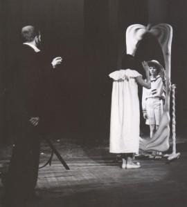 Białe małżeństwo, reżyseria Kazimierz Braun, Teatr Współczesny we Wrocławiu, aut. fot. Tadeusz Drankowski. Na zdjęciu: (od lewej) Bolesław Abart, Grażyna Krukówna-Frymar, Marlena Milwin, 1975 r.