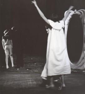 Białe małżeństwo, reżyseria Kazimierz Braun, Teatr Współczesny we Wrocławiu, aut. fot. Tadeusz Drankowski. Na zdjęciu: (od lewej) Marlena Milwin, Bolesław Abart, Grażyna Krukówna-Frymar, 1975 r.