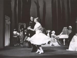 Białe małżeństwo, reżyseria Kazimierz Braun, Teatr Współczesny we Wrocławiu, aut. fot. Tadeusz Drankowski. Na zdjęciu: scena zbiorowa, 1975 r.