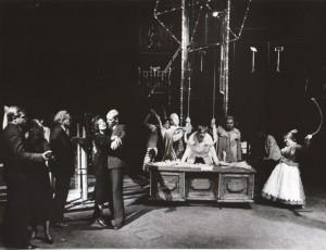 Na czworakach, aut. fot. Adam Hawałej, Na fot.: w centrum: Igor Przegrodzki. Scena zbiorowa, Teatr Polski, 1985 r.