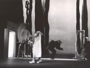 Białe małżeństwo, reżyseria Kazimierz Braun, Teatr Współczesny we Wrocławiu, aut. fot. Tadeusz Drankowski. Na zdjęciu: (w środku) Grażyna Krukówna-Frymar, Bolesław Abart (byk), Maria Górecka (z prawej), 1975 r.
