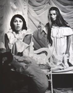 Białe małżeństwo, reżyseria Kazimierz Braun, Teatr Współczesny we Wrocławiu, aut. fot. Zdzisław Mozer. Na zdjęciu: (od lewej) Grażyna Krukówna-Frymar, Halina Rasiakówna, 1975 r.
