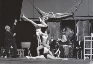 Śmieszny staruszek, Teatr Polski we Wrocławiu, aut. fot.: Henryk Derczyński. Na fot. od lewej: Wojciech Siemion (staruszek), 1968 r.