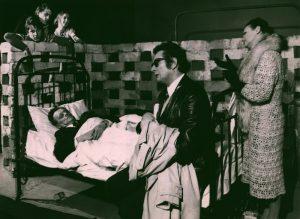 Kartoteka, reżyseria Janusz Kozłowski, Państwowy Teatr Dolnośląski w Jeleniej Górze, aut. fot.: Stanisław Dukiewicz. Na zdjęciu: Tadeusz Kozłowski (leży na łóżku), Zbigniew Szymczak (siedzi) i Henryka Dygdałowicz (stoi), 1972 r.