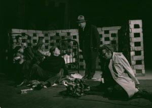 Kartoteka, reżyseria Janusz Kozłowski, Państwowy Teatr Dolnośląski w Jeleniej Górze, aut. fot.: Stanisław Dukiewicz. Na zdjęciu: scena zbiorowa, 1972 r.
