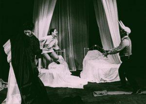 ΛΕΥΚΟΣ ΓΑΜΟΣ (Białe małżeństwo), aut. fot. Argyropoulos Photo Press. Na zdjęciu: (od lewej) ΒΑΝΑ ΠΑΡΘΕΝΙΑΔΟΥ, ΜΑΡΙΑ ΚΑΤΣΙΑΔΑΚΗ, ΓΙΑΝΝΕΣ ΔΕΓΑΪΤΗΣ, ΘETPO TEXNHΣ, 1980 r.