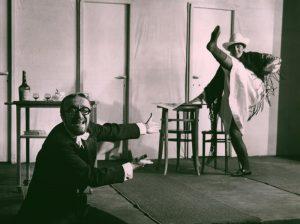 Akt przerywany, reżyseria Helmut Kajzar, Teatr Satyryków STS, aut. fot. Franciszek Myszkowski. Na zdjęciu: (od lewej) Jan Stanisławski i Zofia Rysiówna, [1970] r.