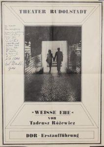 Weisse Ehe (Białe małżeństwo) von Tadeusz Różewicz, reżyseria Martin Meltke i Herbert Olschok, Theater Rudolstadt, 1978 r. (plakat) [z lewej strony znajdują się autografy artystów, biorących udział w prapremierowym i pierwszym spektaklu w DDR]