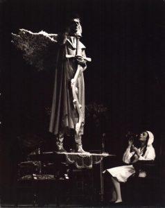 Der Unterbrochene Akt (Akt przerywany), reżyseria Gerhard Winter, [Staatstheater Kassel], aut. fot. Sepp Bär. Na zdjęciu: Otto Schnelling (stoi na stole), [1967] r.