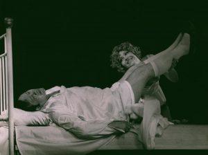 Kartoteka, reżyseria Tadeusz Minc, Teatr Polski we Wrocławiu (Scena Kameralna), aut. fot.: Stefan Arczyński. Na zdjęciu: Zdzisław Kozień, Ewa Kamas, 1977 r.