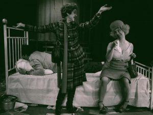 Kartoteka, reżyseria Tadeusz Minc, Teatr Polski we Wrocławiu (Scena Kameralna), aut. fot.: Stefan Arczyński. Na zdjęciu: Łucja Burzyńska, Jadwiga Skupnik, Zdzisław Kozień (leży), 1977 r.