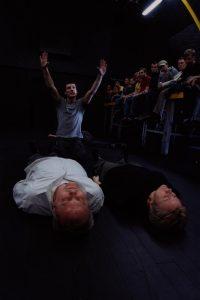 Kartoteka, reżyseria Michał Zadara, Wrocławski Teatr Współczesny. Na zdjęciu: (od lewej leżą): Jerzy Senator, Irena Rybicka; Szymon Czacki (klęczy), 2006 r.