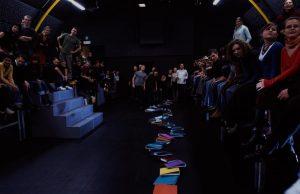 Kartoteka, reżyseria Michał Zadara, Wrocławski Teatr Współczesny. Na zdjęciu: scena zbiorowa, 2006 r.