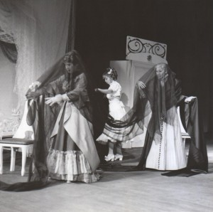 Białe małżeństwo, reżyseria Kazimierz Braun, Teatr Współczesny we Wrocławiu, aut. fot. Tadeusz Drankowski. Na zdjęciu: (od lewej) Maria Zbyszewska, Halina Rasiakówna, Maria Górecka, 1975 r.