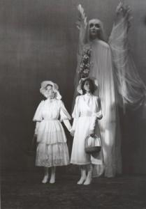 Białe małżeństwo, reżyseria Kazimierz Braun, Teatr Współczesny we Wrocławiu, aut. fot. Tadeusz Drankowski. Na zdjęciu: (od lewej) Halina Rasiakówna, Grażyna Krukówna-Frymar, 1975 r.