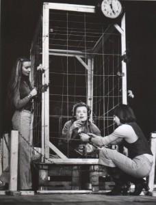 Odejście Głodomora, aut. fot.: Zdzisław Mozer. Na fot.: Halina Rasiakówna, Bogusław Kierc, Grażyna Krukówna, Teatr Współczesny we Wrocławiu, 1977 r.