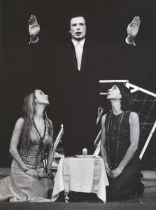 Odejście Głodomora, aut. fot. Zdzisław Mozer. Na fot.: Bogusław Kierc, Halina Rasiakówna, Grażyna Krukówna, Teatr Współczesny we Wrocławiu 1977 r.
