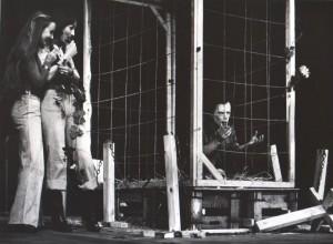 Odejście Głodomora, aut. fot.: Zdzisław Mozer. Na fot.: Halina Rasiakówna, Grażyna Krukówna, Bogusław Kierc,Teatr Współczesny we Wrocławiu, 1977 r.