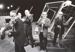 Odejście Głodomora, aut. fot.: Jan Bortkiewicz Na fot.: scena zbiorowa Teatr Współczesny we Wrocławiu, 1977 r.