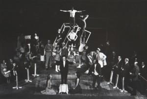 Odejście Głodomora, aut. fot.: Zdzisław Mozer Na fot.: scena zbiorowa, Teatr Współczesny we Wrocławiu, 1977 r.