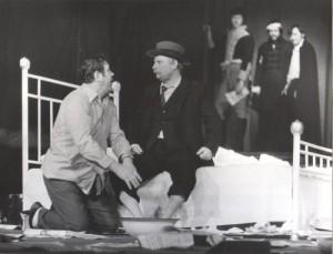 Kartoteka, reżyseria Tadeusz Minc, Teatr Polski we Wrocławiu (Scena Kameralna), aut. fot.: [Stefan Arczyński]. Na zdjęciu: (na pierwszym planie) Zdzisław Kozień (klęczy) i Tadeusz Skorulski, 1977 r.