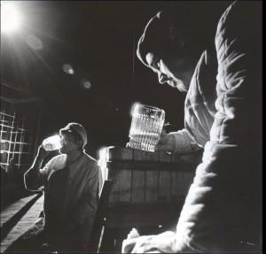 Odejście Głodomora, aut. fot.: Jan Bortkiewicz, Na fot.: (od lewej) Maciej Korwin, Zdzisław Kuźniar, Teatr Współczesny we Wrocławiu, 1977 r.